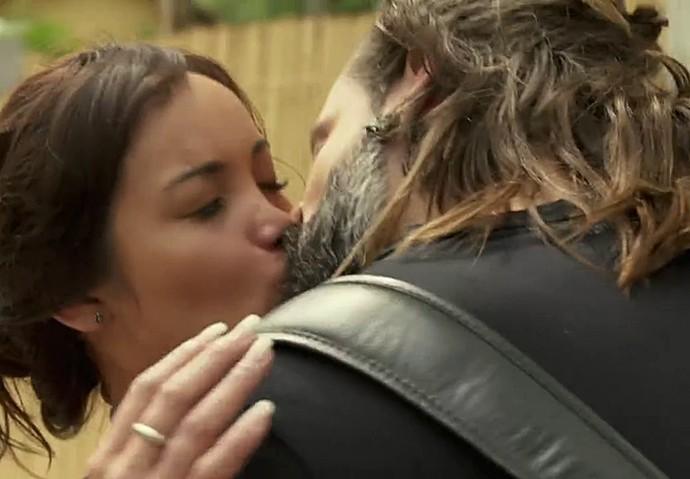 Ralf (Henri Castelli) rouba beijo de Hirô (Carol Nakamura) (Foto: TV Globo)