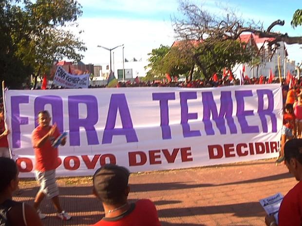 Manifestantes realizam protesto contra Temer na praça Cristo Redentor (Foto: TV Verdes Mares/Reprodução)