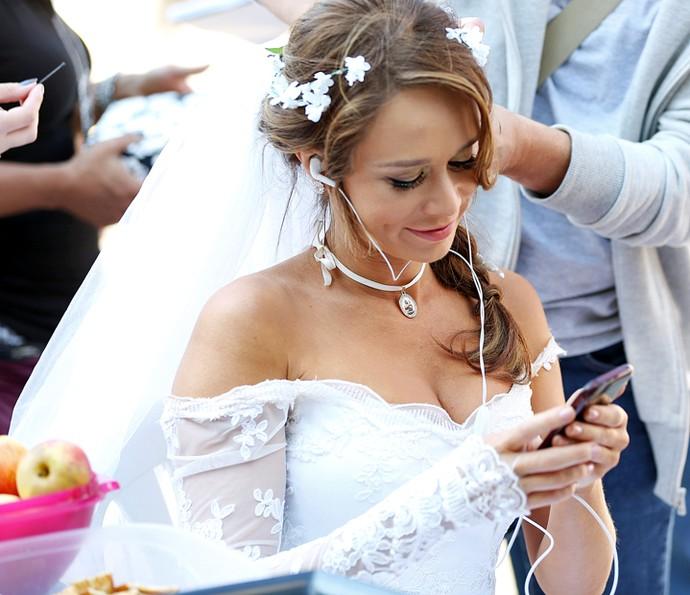 Mariana Ximenes se concentra para gravar a sequência na pele de Tancinha (Foto: Carol Caminha/Gshow)
