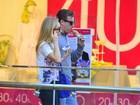 Angélica e Luciano Huck tomam sorvete durante passeio em shopping