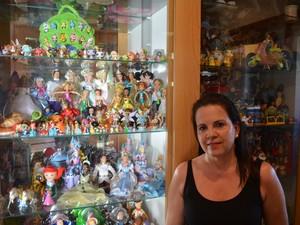 Coleção fica parcialmente exposta na casa da mulher em São Carlos (Foto: Orlando Duarte Neto/G1)