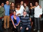 Camila Queiroz e Klebber Toledo posam abraçadinhos em show