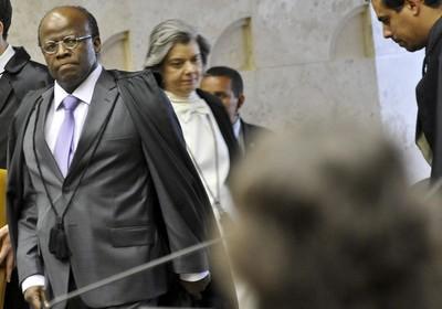 Ministros Joaquim Barbosa e Cármen Lúcia chegam ao plenário do Supremo Tribunal Federal (STF) para o vigésimo primeiro dia de trabalho no julgamento da Ação Penal 470, o mensalão (Foto: José Cruz/Abr)