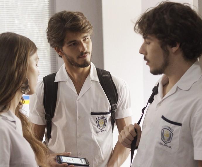 Roger mostra a Luan campanha que Glauco lançou para encontrar atropelador (Foto: TV Globo)