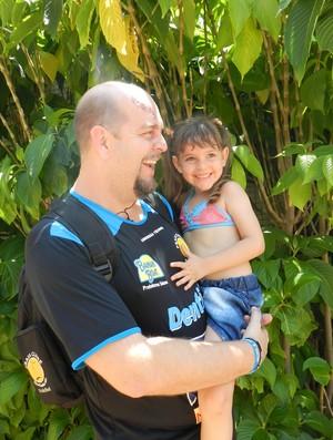 Spencer Lee, técnico do Praia Clube, com a filha Emylee (Foto: Caroline Aleixo/GLOBOESPORTE.COM)