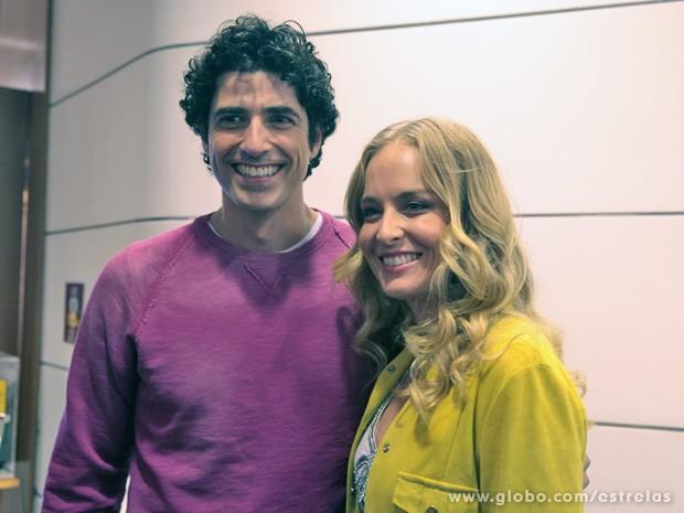 Angélica posa para foto com Reynaldo Gianecchini antes do corte de cabelo do ator (Foto: TV Globo/ Estrelas)