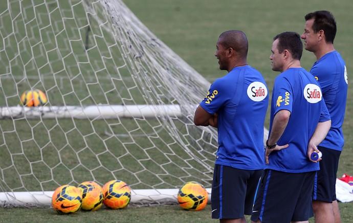 Dunga e seus auxiliares (Foto: BRUNO DOMINGOS / MOWA PRESS)
