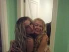 Mendigata posa agarradinha com mãe de Latino em festa do cantor