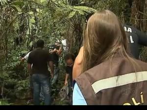 Suspeito foi levado pelos policiais ao local da morte de Cíntia (Foto: Reprodução/RPC Ponta Grossa)