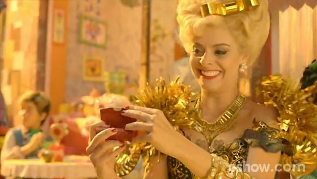 Clotilde espia Serelepe no reflexo do espelhinho do batom (Foto: Meu Pedacinho de Chão/TV Globo)