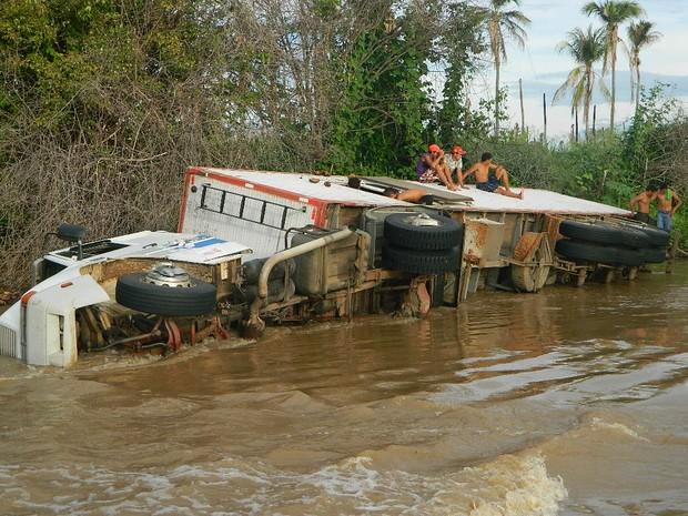 Carreta tomba em Sousa após ponte ceder por causa das chuvas recentes (Foto: Jéfferson Emmanuel / Arquivo Pessoal)
