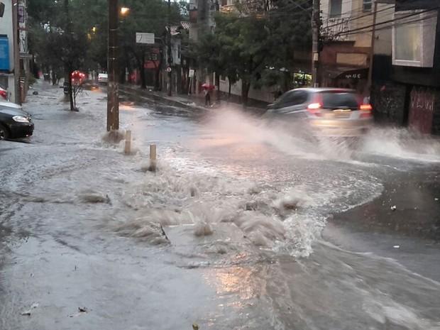 Chuva na Rua Cardeal Arcoverde, em Pinheiros, nesta segunda-feira (Foto: Paula Paiva Paulo/G1)