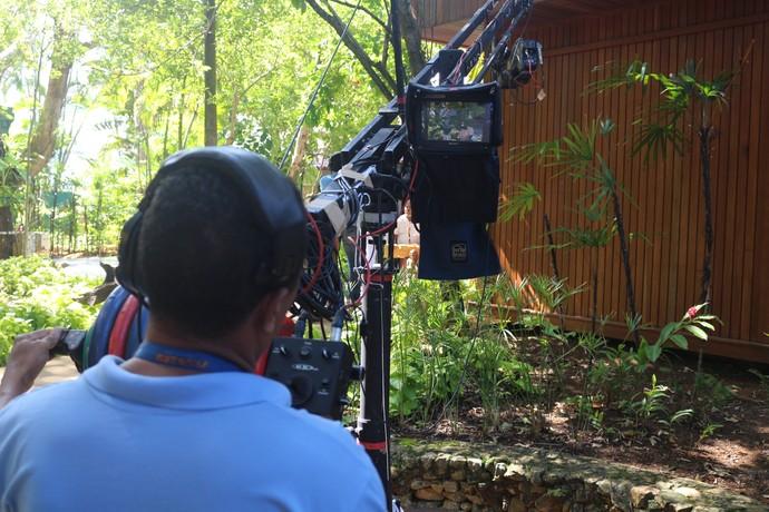 O cinegrafista Roberto Carlos operando a grua  (Foto: TV Bahia)