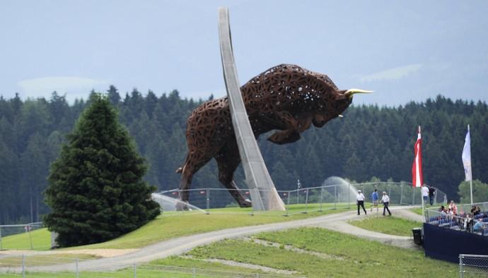 Imponente touro é a marca do remodelado circuito de Spielberg, cuja dona é a RBR (Foto: AFP)