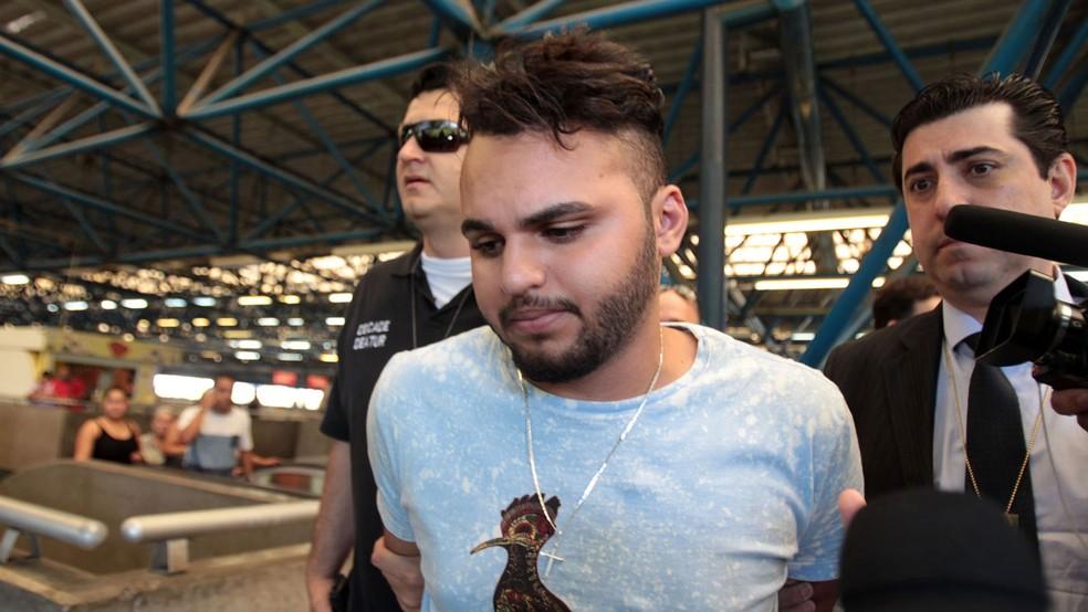 Agressor é levado para reconhecimento em delegacia do Metrô (Foto: Felipe Rau/Estadão Conteúdo)