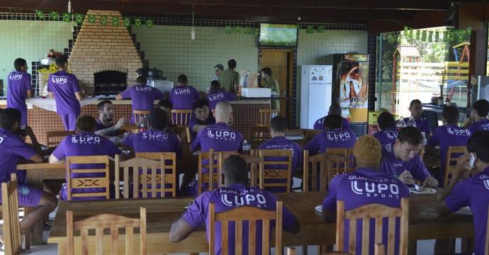 Jogadores do Guarani acompanham jogo de Copa (Foto: Vinícius Bueno)