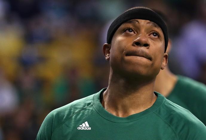 Isaiah Thomas com lágrimas nos olhos antes do início do jogo contra os Bulls (Foto: Getty Images)