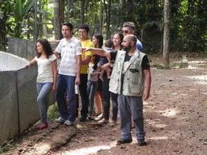 O analista ambiental Leandro Jordy mostra o parque para os visitantes (Foto: Divulgação)