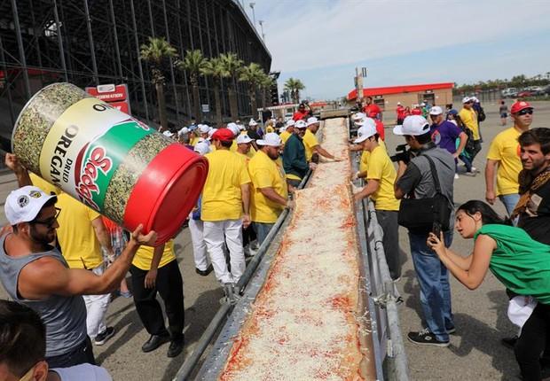 Pizza de quase dois quilômetros de extensão feita em Los Angeles (Foto: EFE)