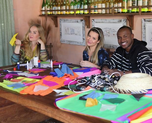 Animados, casal faz os preparativos para a grande festa (Foto: Estrelas/TV Globo)