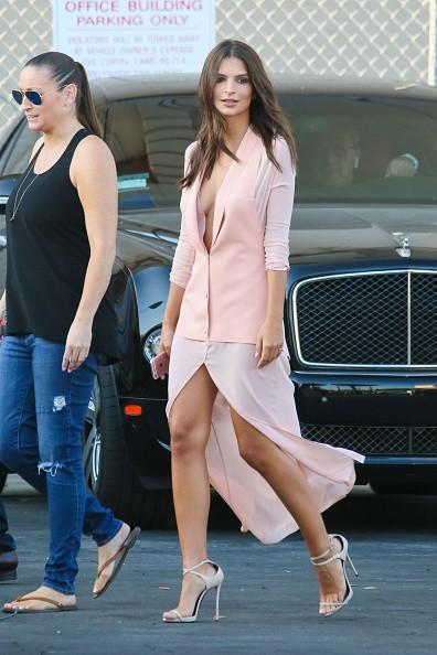 Decote + fenda: Emily Ratajkowski aposta em produção sexy rosa millennial (Foto: Getty Images)