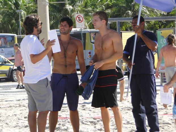O diretor Cristiano Marques dá as orientações para Dudu Azevedo e Thiago Fragoso (Foto: Juliana Lessa/Gshow)