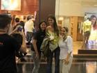Bruna Marquezine tira fotos com fãs em shopping carioca