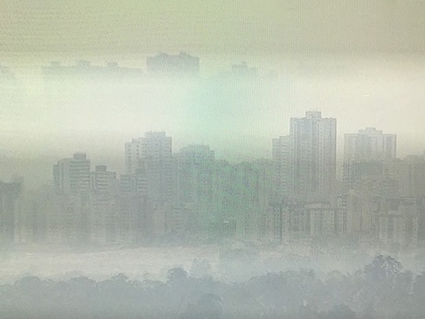 Prédios de Águas Claras ficaram encobertos por grossa camada de fumaça na manhã desta quarta-feira (14) (Foto: TV Globo/Reprodução)