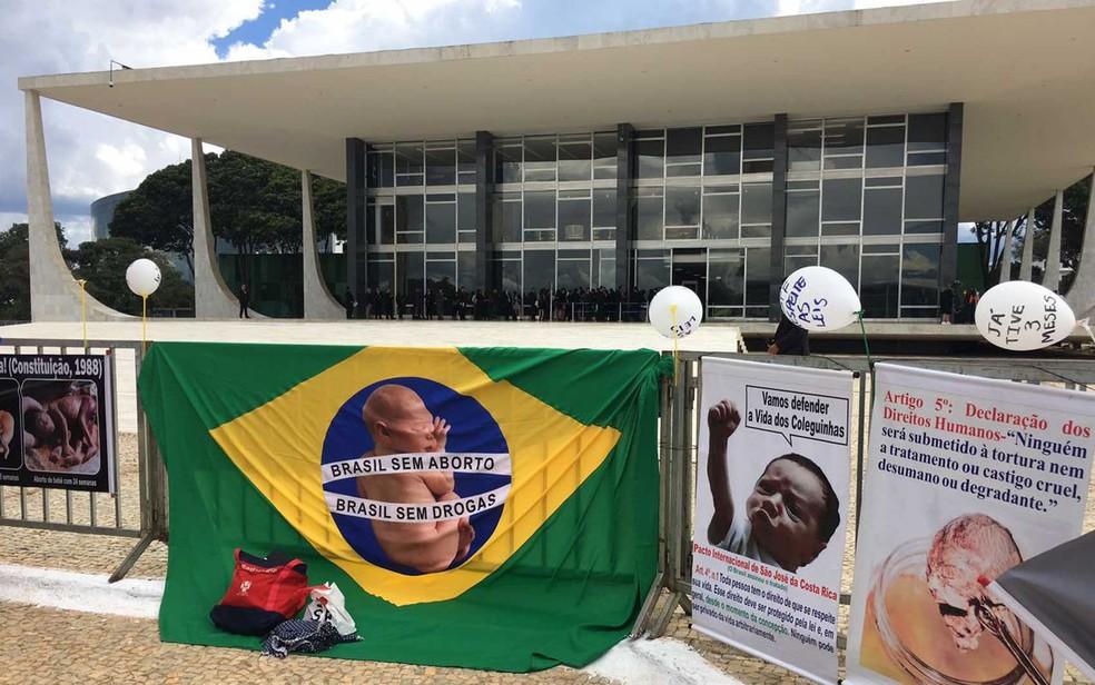 Balões e faixas de grupos contrários ao aborto afixadas em grade em frente ao Supremo Tribunal Federal (Foto: Luiza Garonce/G1)
