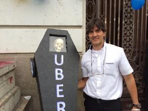 Taxista levou caixão pedindo a morte do Uber (Foto: Cristina Boeckel/G1)