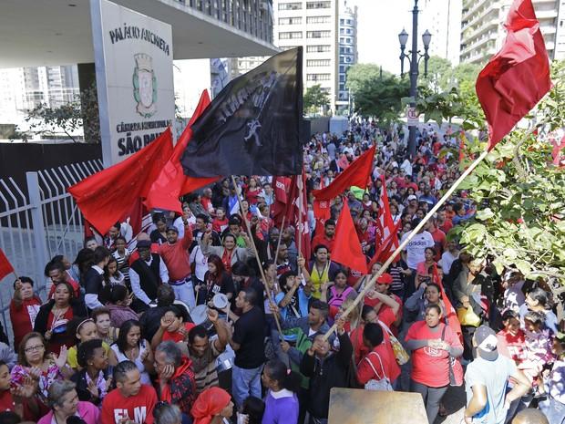 Movimentos de luta por moradia protestam em frente a Câmara Municipal de São Paulo (Foto: Nelson Antoine/Fotoarena/Estadão Conteúdo)