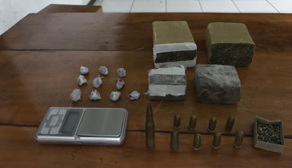 Droga, sementes e munição estavam dentro de uma casa no Bairro Edgar Pereira (Foto: PMMG/Divulgação)