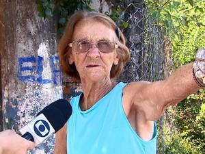 Moradora diz que sofre com o excesso de poeira em Santa Gertrudes (Foto: Paulo Chiari/EPTV)
