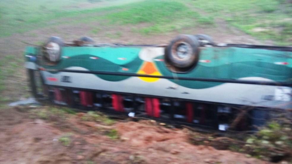 Ônibus, fretado para um passeio, saiu da pista e capotou após colidir com uma motocicleta   (Foto: PM/Divulgação)