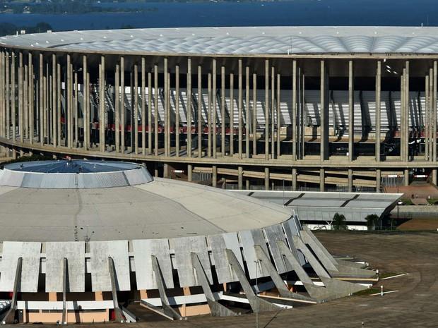 Vista aérea do complexo esportivo às margens do Eixo Monumental, que inclui o estádio Mané Garrincha (ao fundo) e o ginásio Nilson Nelson (centro) (Foto: Andre Borges/GDF)