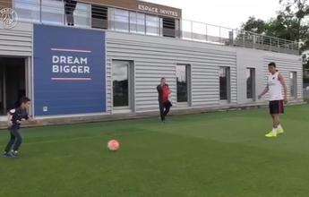 BLOG: Torcedor-mirim do PSG é recebido por Thiago Silva e conhece o clube
