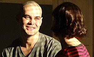 Fernando termina em hospício, onde só conta com as visitas de Regina e Priscila (Amor Eterno Amor/TV Globo)
