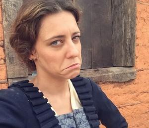 Caracterizada como Anita, Joana faz careta nos bastidores de 'Liberdade, Liberdade' (Foto: Arquivo Pessoal)