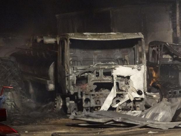 Um dos caminhões atingidos por incêndio em Olinda (Foto: Katherine Coutinho / G1)