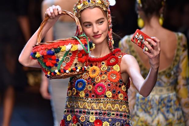 Aposte nos pom-pons e tassels para dar um up na produção (Foto: Dolce & Gabbana, verão 2016/iMaxTree)