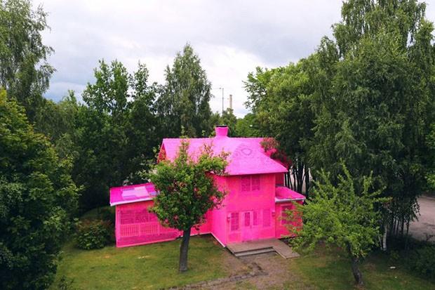 Com ajuda de refugiadas, artista reveste casas com crochê cor de rosa (Foto: Reprodução/Instagram)