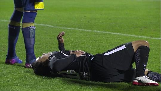 Jadson deixa estádio de ambulância e faz exames; Pablo volta a sentir dores