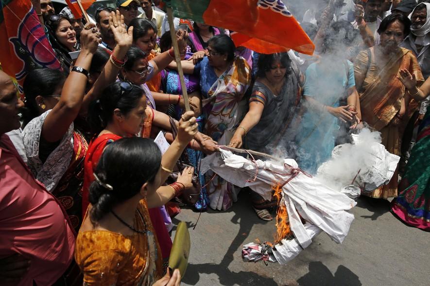 Mulheres protestam queimando representação do ministro chefe de Estado, Akhilesh Yadav, onde duas garotas sofreram abuso e foram enforcadas na Índia. O caso provocou indignação nacional. Cinco suspeitos foram detidos