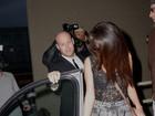 Selena Gomez usa shortinho e blusa transparente para fazer compras