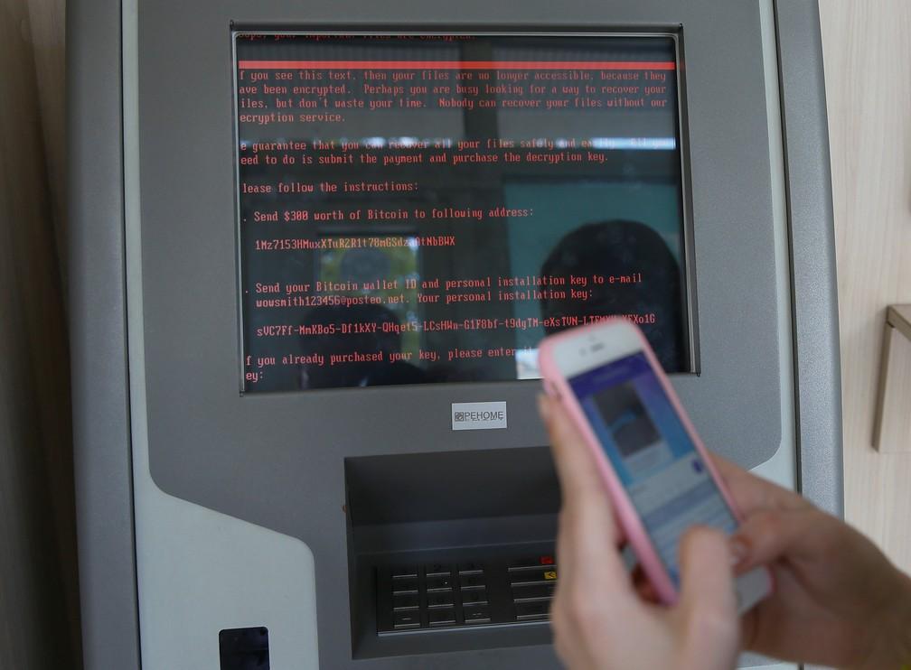 Caixa eletrônico de banco estatal ucraniano Oschadbank pede dinheiro para resgate durante ciberataque que atingiu a Ucrânia e outros países da Europa. (Foto: Valentyn Ogirenko / Reuters)