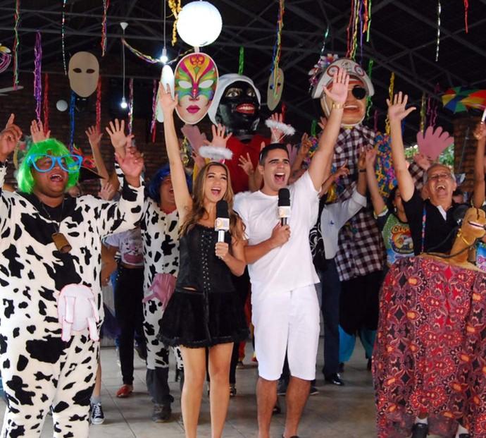 Apresentadores Simone e Helder em clima de carnaval com o bloco Vaca Atolada (Foto: Programão)