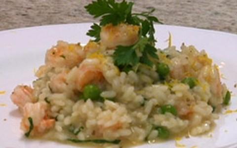 Risoto de camarão com ervilhas frescas e hortelã