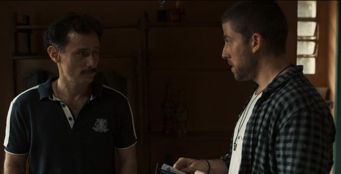 Téo procura Douglas para fazer negócios (Foto: TV Globo)