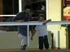 Murilo Benício vai ao cinema com o filho mais novo