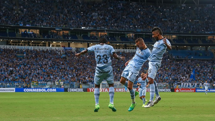 Luan, léo Moura e Bolaños comemoram contra o Iquique (Foto: Lucas Uebel / Grêmio, DVG)